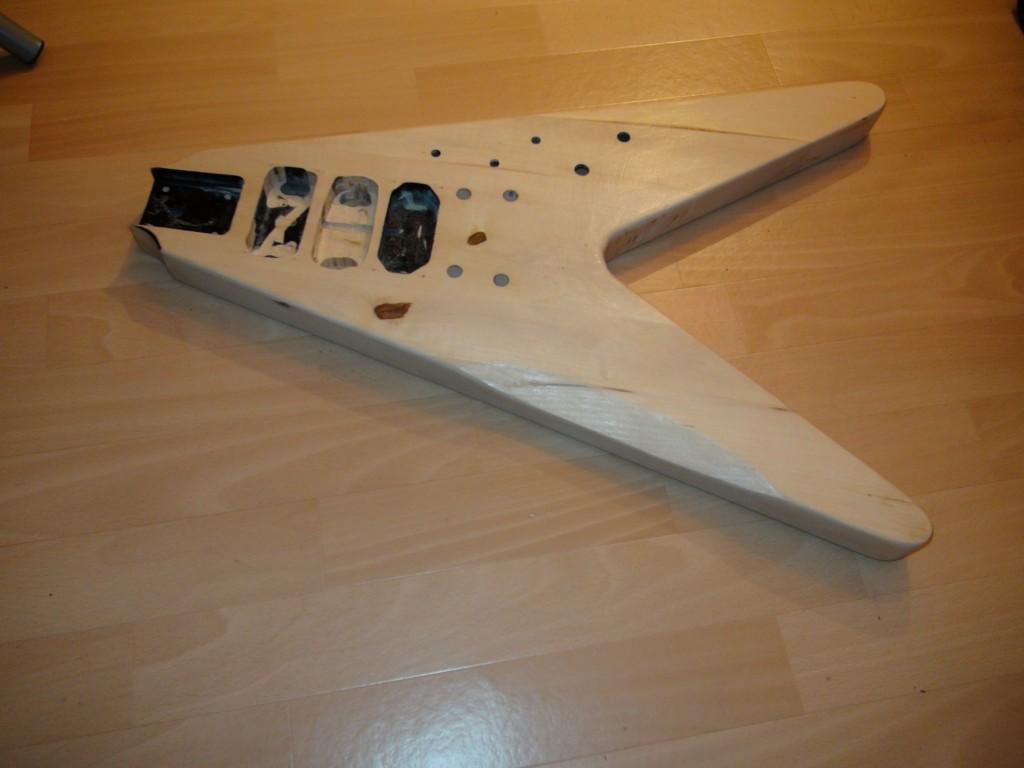 photo du corps de ma guitare en V, entièrement démontée