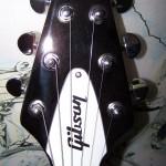 Tete d'une guitare avec logo Guibessonne